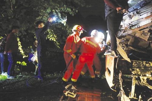 消防人员正在破拆车门救援被困驾驶员(南宁市消防支队供图)