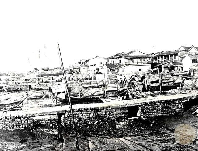 今天为各位读者朋友们分享的这一组图组,是来自于19世纪70年代的厦门老照片。通过这一组照片,我们可以来回顾一下鹭岛当时的秀丽风光。这张照片拍摄于1878年,厦门客家上楼的建筑物,房形 建造的非常有特色。(摄影师:圣朱利安.休.爱德华兹)