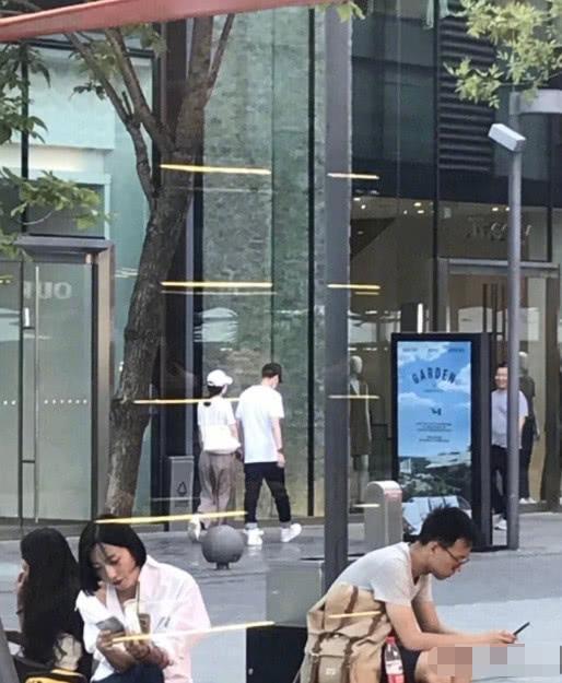 网友香港尖沙咀偶遇赵丽颖买化妆品,冯绍峰扔下女友自己逛男装部