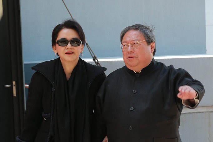 61岁港星胡慧中老公被捕不惜卖楼救夫,携女儿现身面容太憔悴
