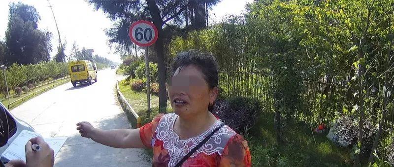 台州两男子佯装问路实施抢夺 将女子金项链一把扯下