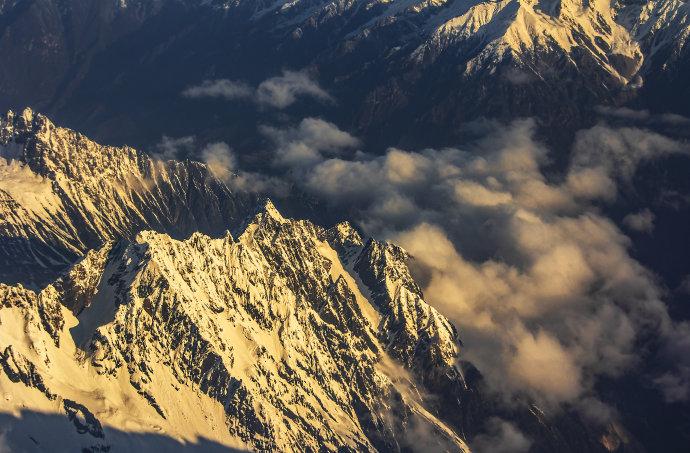 在三万英尺上,雪山触手可及