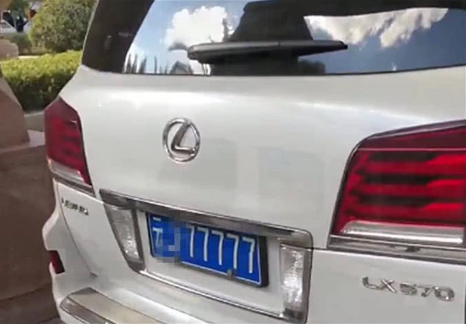 云南偶遇百万级雷克萨斯,车牌号左右读都一样,路人:第一次见!