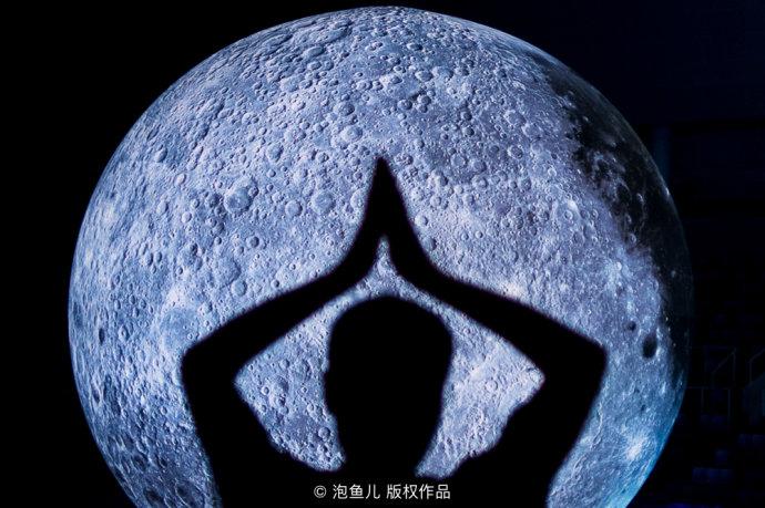 水立方挂起了一轮超级大月亮