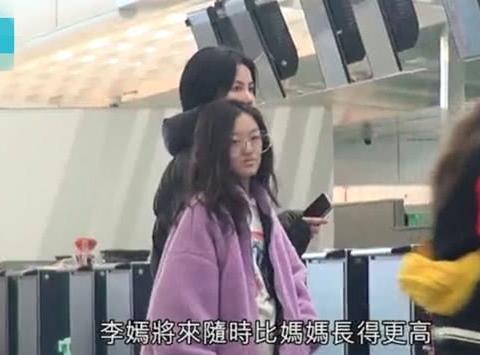 王菲带女儿美国手术后现身,李嫣的嘴又变了