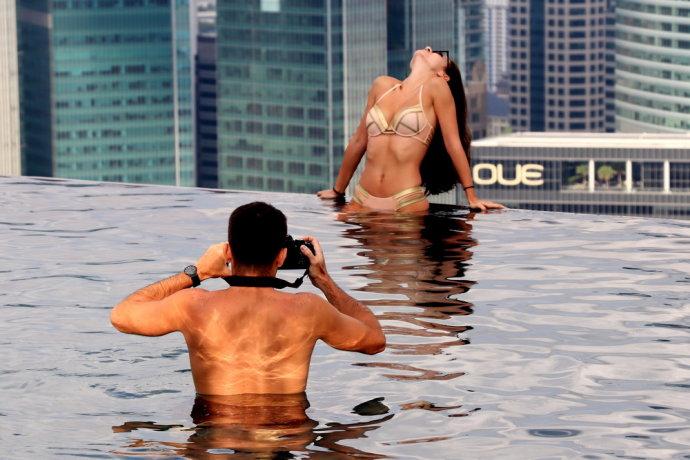 来新加坡感受云中游泳池