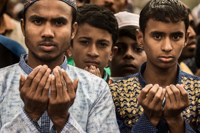 场面壮观的穆斯林集体礼拜