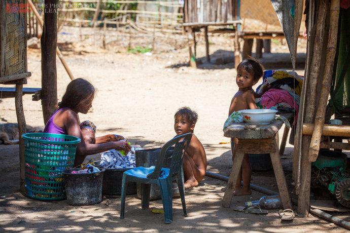 菲律宾土著的生活 房子无墙吃饭手抓 但幸福指数很高