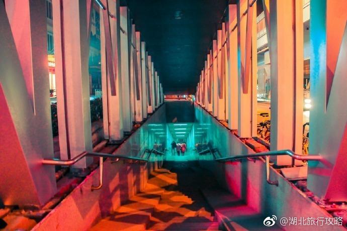 武汉街头的夜景是彩色的、是梦幻的!