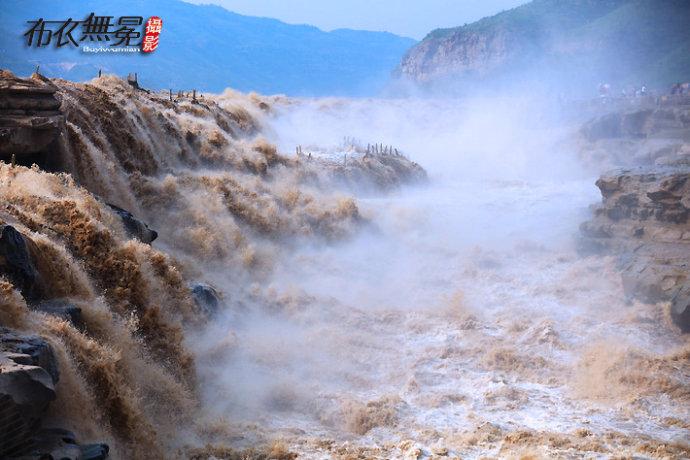 汛期的壶口瀑布波涛汹涌