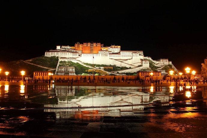 布达拉宫的夜景,雪域高原上最宏伟的建筑