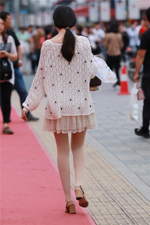 街拍联盟:粉白色丝袜美女,抬腿提鞋的动作很迷人