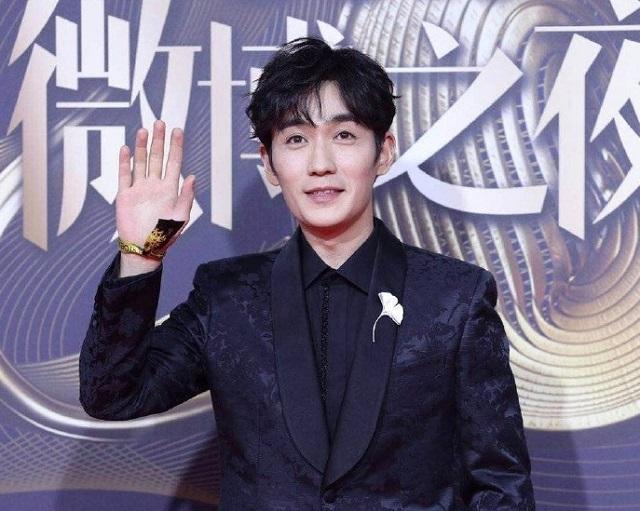 2018微博之夜明星这样打招呼:迪丽热巴比心,李易峰玩天女散花!