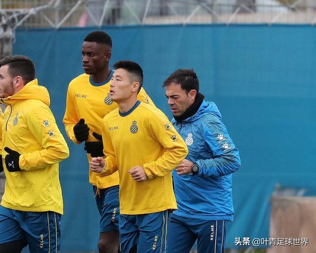 武磊首次随队训练!与队友微笑交流,队长用中文欢迎他