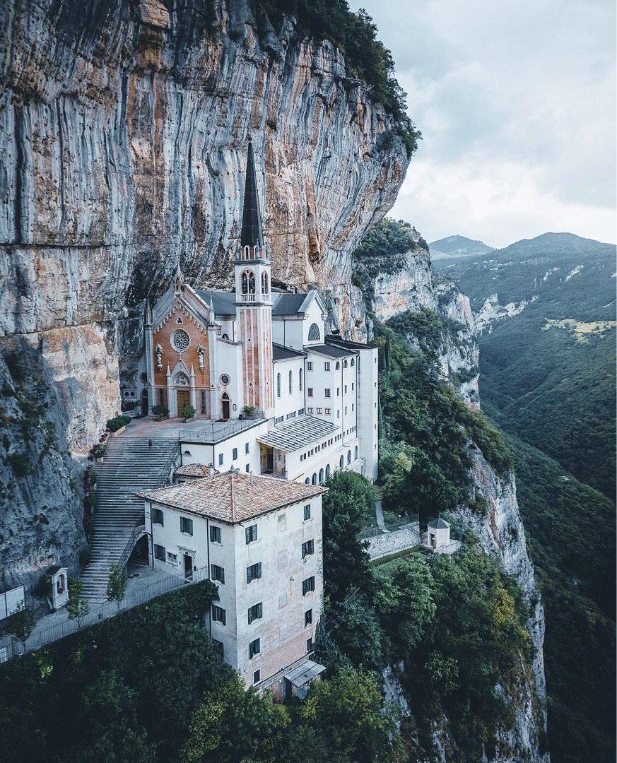 一座建在悬崖上的教堂