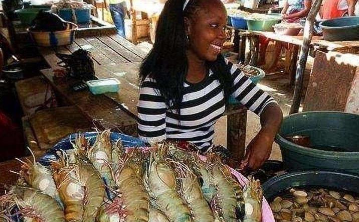 全世界都以为非洲人连吃饭都困难图片