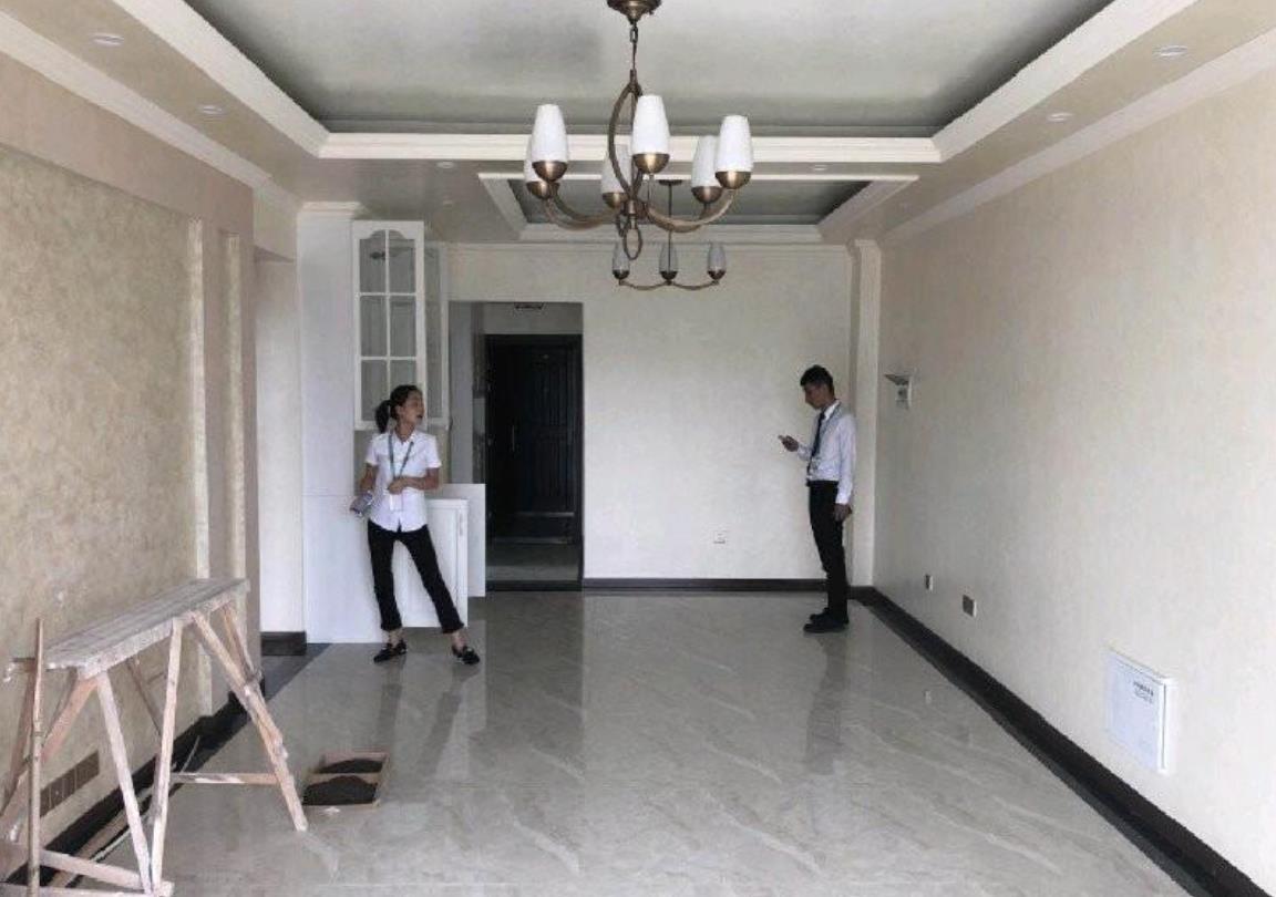 客厅和餐厅是开放式格局,9万块的硬装,只能算是普通装修的范畴.