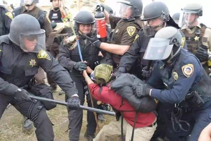 美国本土告急! 大批民众持枪上街抗议, 与军警爆发激烈冲突!