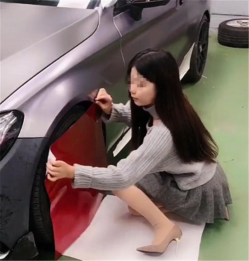 86万奔驰进改装店,女车主亲自改红色轮毂,气质比奔驰迷人!