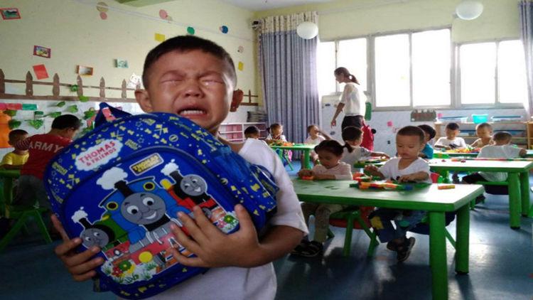 幼儿园老师布置亲子任务,家长熬到深夜,孩子大哭一场