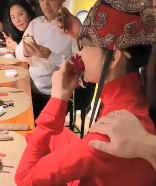 杨丽萍太作了,年近60却在吃这种食物,网友:真当自己是仙女?