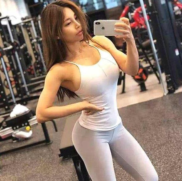 """亞洲女性也有""""沙漏身材"""",她體重130斤卻依然迷人!"""