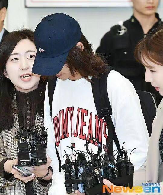 郑俊英返韩被記者挤到脸歪,发文道歉并承认一切关于【偷拍事件】的指控。