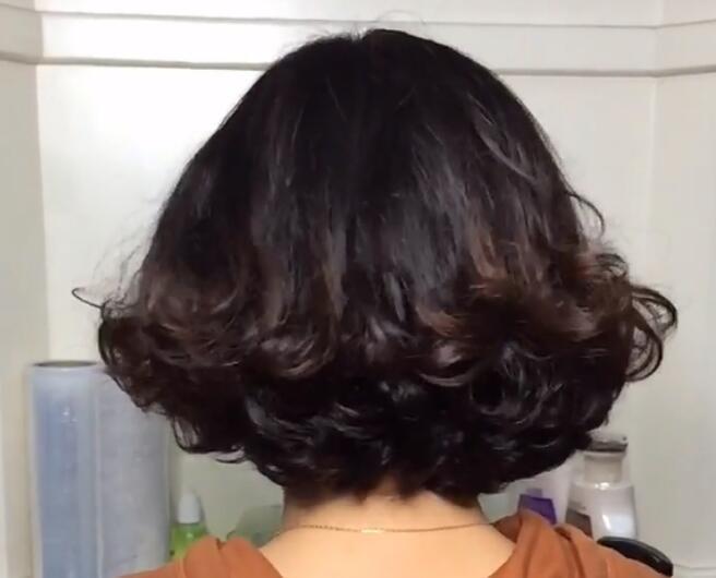 2019流行发型:女人爱美!50左右烫发也可以,还是短发好
