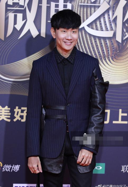 微博之夜男星无精修图,蔡徐坤帅气,李易峰显胖,朱一龙脸怪怪的
