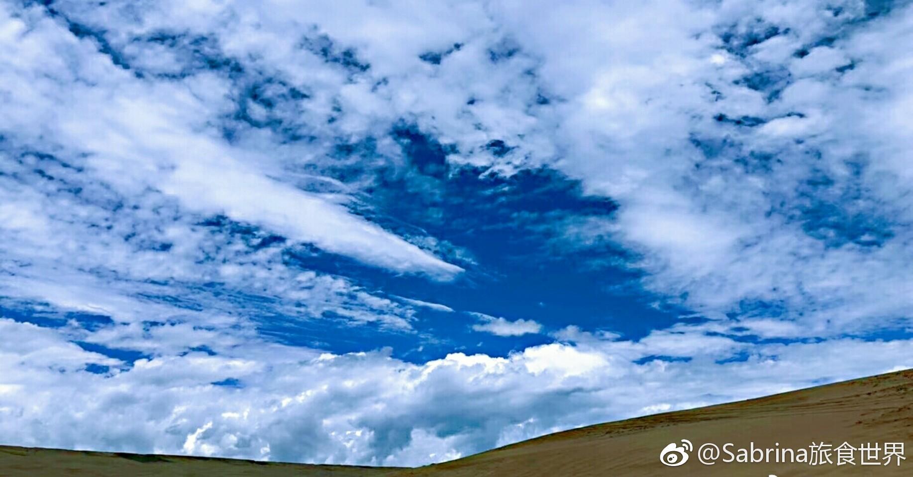 青海湖周围被群山环抱