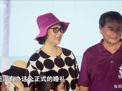 吴尊岳母妻子出镜颜值太高,吴尊大胆和妻子索吻,妻子反应很大方