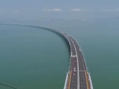 这座奇葩大桥全长918米,耗时100年才建成,不给车过只给船走