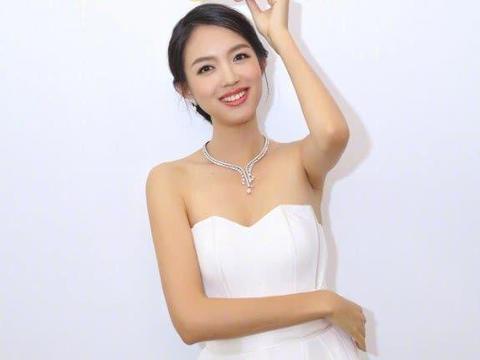 张梓琳不愧是世界小姐,连白色指甲油都能驾驭,美得毫无破绽