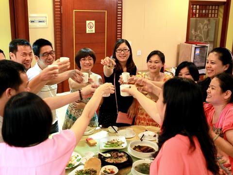 同学聚会,打包剩菜被女同学嘲笑,来电话按了免提,女同学脸绿