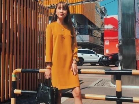 泰国时尚博主搭配来袭!白红色横条纹T恤+姜黄色直筒裤太养眼了