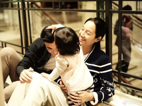情人节晒幸福,朱丹放罕见一家三口同框照,周一围父女互动超暖心