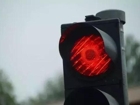 头都大了!这样红灯到底可不可以走?