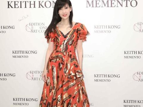 周慧敏真是令人惊艳,穿荷叶边连衣裙,52岁美成了25岁的模样