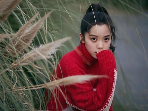 欧阳娜娜帅气穿搭极具年轻活力,红毛衣吸睛耀眼