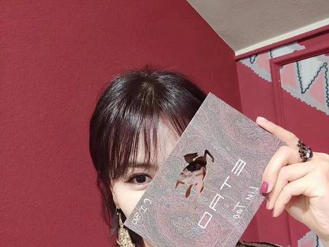 刘涛时装周穿上礼服裙,白色优雅黑色气质,换发型后更美了!
