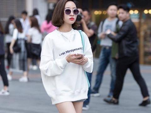 街拍:小姐姐宽大白色卫衣简单时尚,绑带高跟鞋让回头率爆表!
