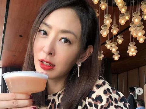44岁林志玲与闺蜜聚餐,高档寿司大口吃,同框贾永婕下巴成亮点