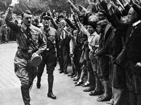 一战后全欧洲都险些掉入法西斯主义深渊,连英国女王都在行纳粹礼