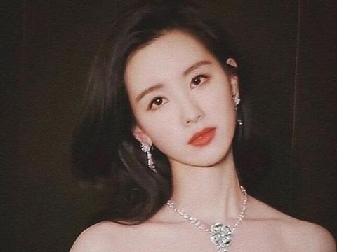 陈都灵和章泽天都是气质型美女,不过还是她更加精致耐看一点
