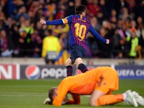 梅西一夜创造3大纪录!4分钟2球打爆曼联 穿裆+变线过人羞辱对手