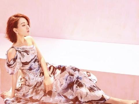 马苏哪像38岁的女人,穿水墨印花露肩长裙,秀精致侧颜更像少女