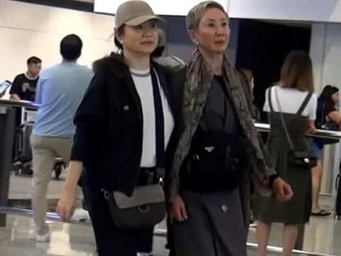 64岁林青霞挽手老友施南生现身机场,重现香港老派姐妹风