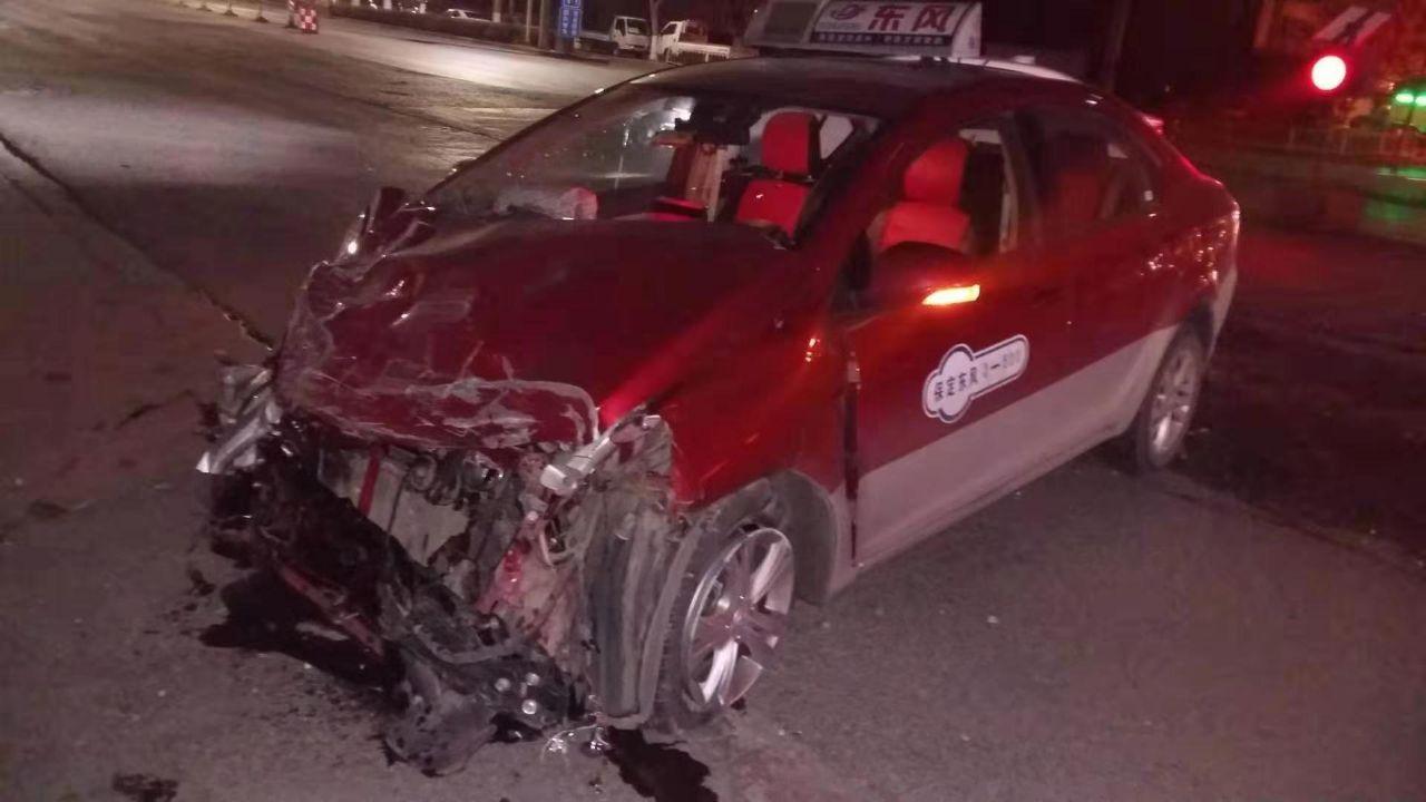 长城轿车撞上福特猛禽,猛禽被拦腰截断,网友直呼:国产车真安全