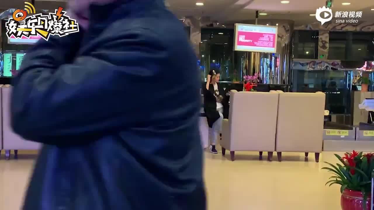 视频:郭碧婷放飞自我大笑 反射弧长掩面羞涩