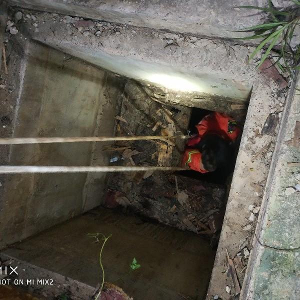 惊险!南宁一小区3岁小孩贪玩掉进10多米深的污水井中